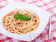 Вкусни спагети (паста) с маслинено песто, рулца от раци, домати и сирене пармезан